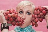 Cara o novo gay com uvas em mãos — Fotografia Stock