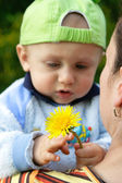 Child holding a flower — Foto de Stock