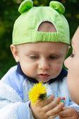 Dítě drží květ — Stock fotografie