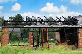 Yanmış ahırda: kırsal ateş — Stok fotoğraf