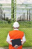 Ingegnere nei pressi della sottostazione elettrica — Foto Stock