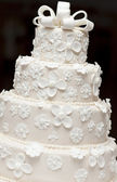 A white wedding cake — 图库照片
