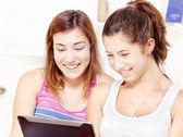Deux adolescentes heureuse à l'aide de touchpad ordinateur — Photo