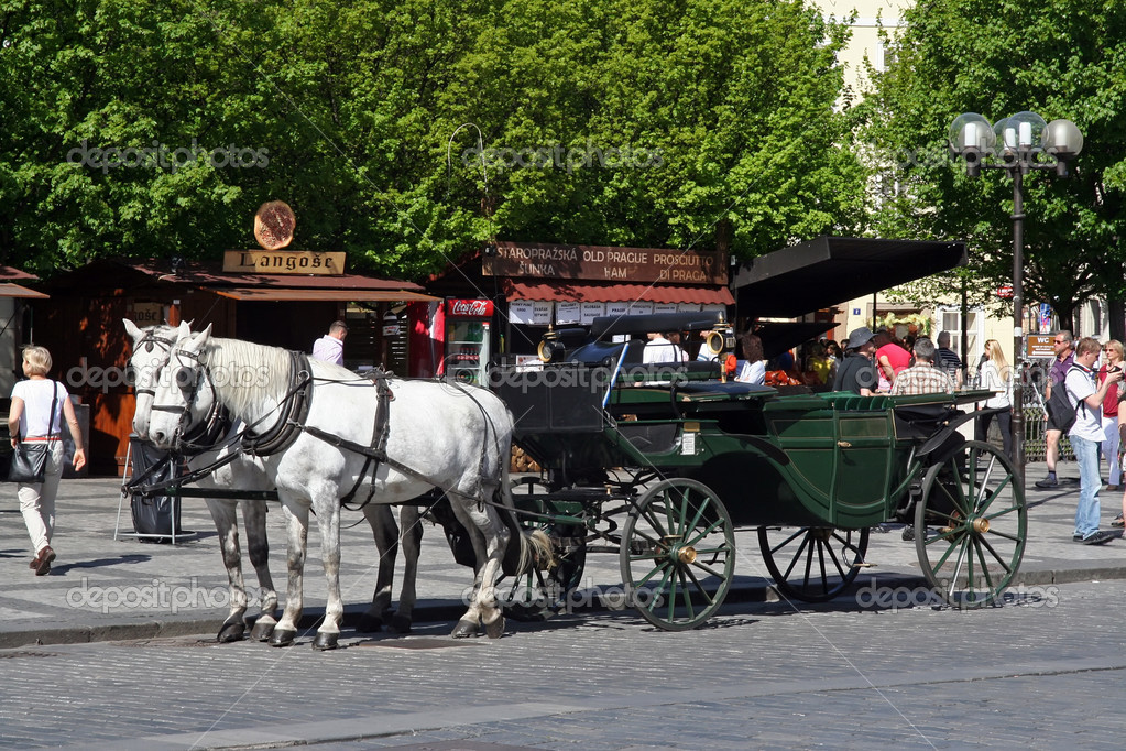 Horse coach touristic sightseeing in Prague, Czech Republic. — Stock Photo #10799118