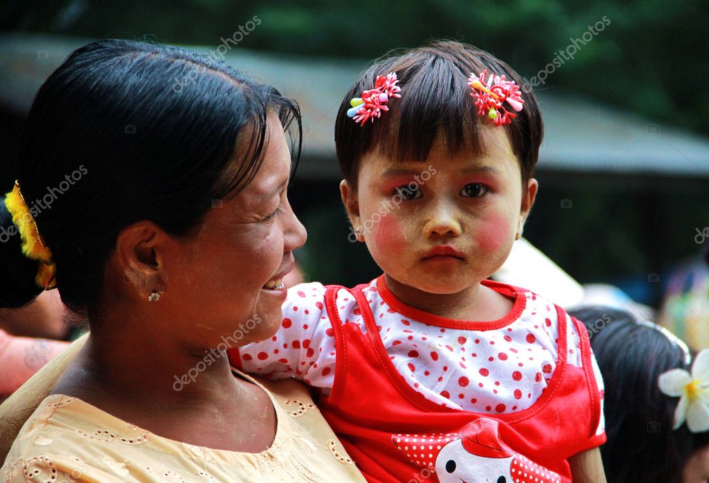 Mother and daughter portrait, Bagan, Myanmar — Stock Photo #10911955
