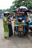 Burmesische Frauen einkaufen — Stockfoto