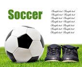 Fotboll och skor — Stockfoto