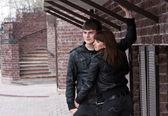 Szczęśliwa para na zewnątrz — Zdjęcie stockowe