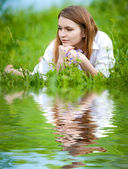 Młoda kobieta na trawie — Zdjęcie stockowe