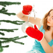 Foto Stock: Woman's hands dressing christmas tree