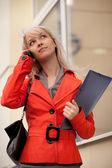 Telefon ederken iş kadını — Stok fotoğraf