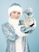 Flicka med snöflinga — Stockfoto