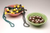 Göra val mellan två plattor med olika pärlor — Stockfoto