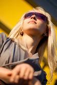 Mooie vrouw met zonnebril — Stockfoto