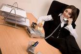 предприниматель, позвонив по телефону в офисе — Стоковое фото