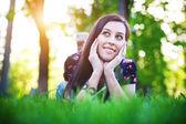 красивая девушка, лежа на траве — Стоковое фото