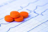 Kleurrijke pillen op ecg — Stockfoto