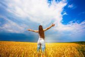 Girl with outstretched arms is enjoys summer day — Stock Photo