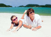 Beatiful couple having fun on the beach — Stock Photo