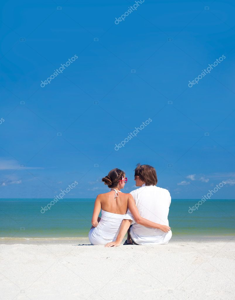 Romantic lovers vacation on a tropical beach. honeymoon — Stock Photo #11401590