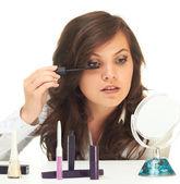 Frau macht das make-up — Stockfoto