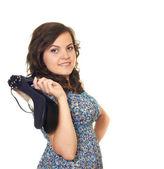 Schönes Mädchen hält ihre Schuhe in einer hand — Stockfoto