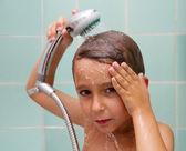 Ragazzino è bagnato sotto la doccia — Foto Stock