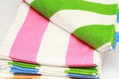Asciugamani di spugna di colore combinati di pila su sfondo bianco. isolato. — Foto Stock