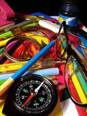 Boussole et crayons — Photo