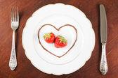 板的银器和草莓 — 图库照片