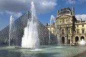 ガラスのピラミッドとルーブル美術館の噴水 — ストック写真