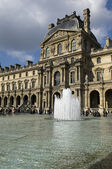 The Pyramid and the fountain in front of the Louvre — Stockfoto