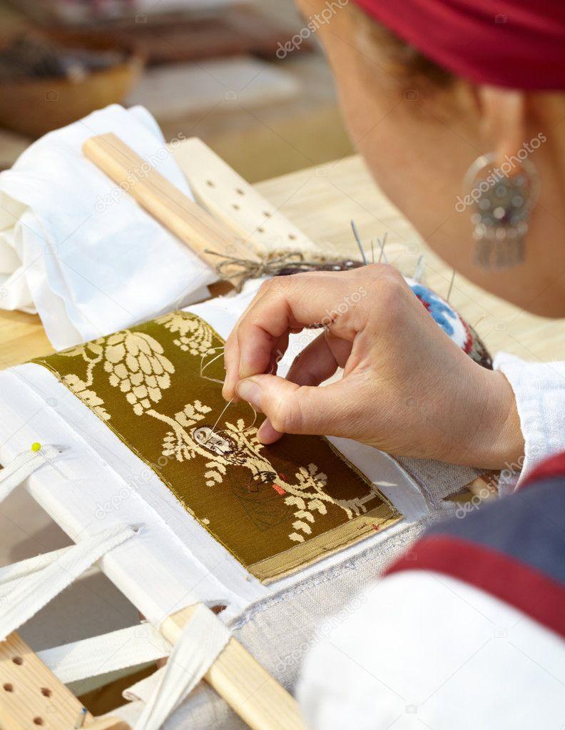 Девушка за вышиванием фото