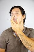 Przystojny mężczyzna palenia papierosów — Zdjęcie stockowe