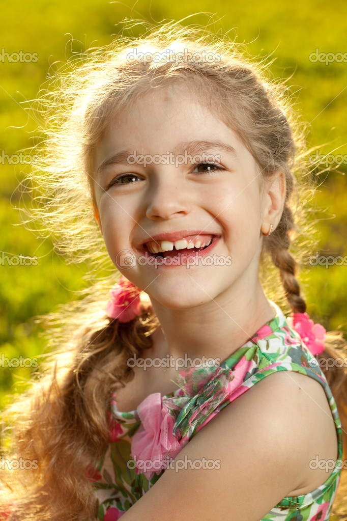 Beautiful little girl on a sunny day — Foto Stock #10897303