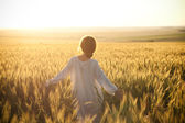 Woman in a wheat field — Foto de Stock