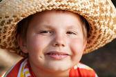 Boy v proutěný klobouk — Stock fotografie