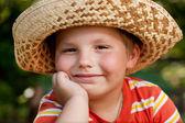 Jongen in een stro hoed — Stockfoto