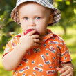 Charming babe eating a red apple — Stock Photo