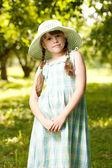 Mädchen in den hut und kleid — Stockfoto