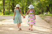 Dvě dívky jdou ruku v ruce — Stock fotografie