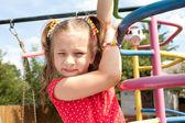 Dívka si hraje na hřišti — Stock fotografie