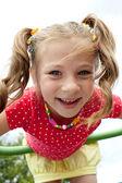 Menina lúdica desempenha no playground — Fotografia Stock