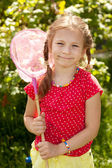 Menina sorridente com uma rede de borboletas rosa — Foto Stock