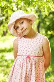 Vacker flicka i den gröna bladen — Stockfoto