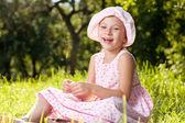 Жизнерадостная девушка смеется в летнее платье — Стоковое фото