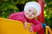 Niña jugando en el patio de recreo — Foto de Stock