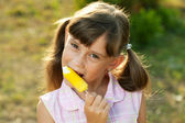Beautiful young girl enjoys a ice cream — Stock Photo