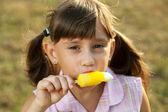 Fille avec un appétit pour manger des glaces — Photo