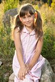 Bardzo ładny dziewczyna siedzi — Zdjęcie stockowe
